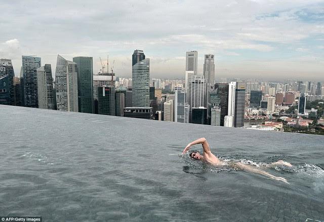 Điểm thu hút khách nhất của nơi đây là hồ bơi vô cực trên không, với diện tích bằng 3 bể bơi Olympic, sức, có thể chứa tới 1.424 m3 nước.