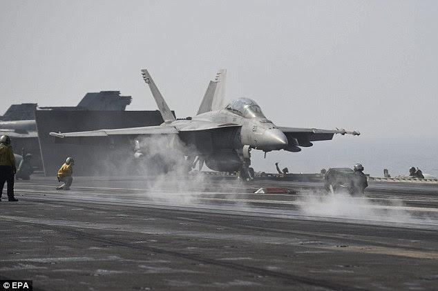 Expansão de ataques aéreos à Síria: A US Navy F / A-18 lança fora da plataforma de vôo do porta-aviões USS George HW Bush, nas águas do Golfo Pérsico em 15 de agosto para atacar posições ISIS no Iraque