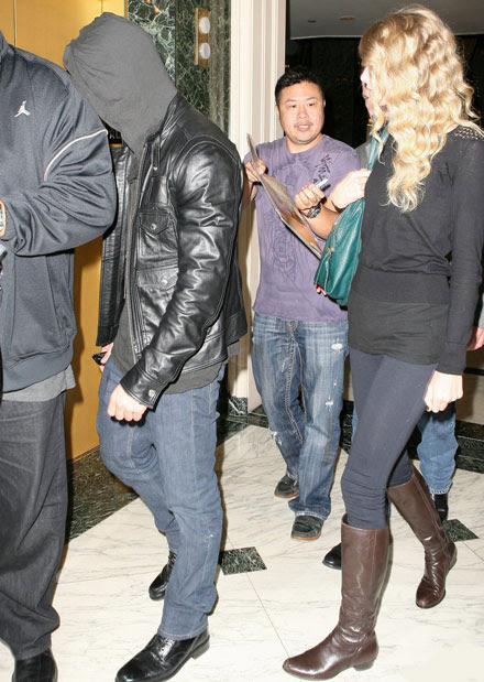Taylor Swift Taylor Lautner Hockey. taylor-swift-taylor-lautner-