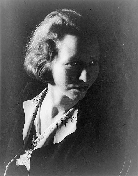 http://upload.wikimedia.org/wikipedia/commons/thumb/0/0d/Edna_St._Vincent_Millay.jpg/472px-Edna_St._Vincent_Millay.jpg
