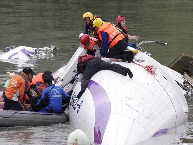 Resgate puxa passageiro de dentro do avião que caiu no rio em Taipei, em Taiwan (Foto: Pichi Chuang/Reuters)