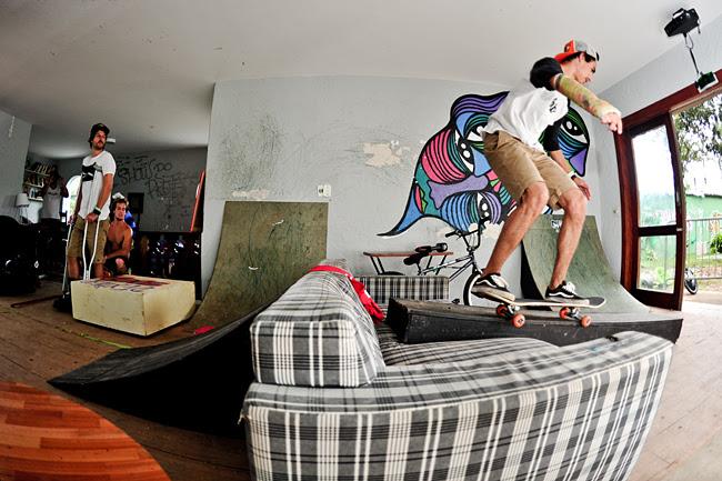 Ricardo Dexter, B/s Fifty passando pelo sofá