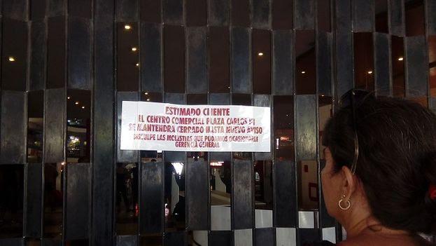 La única información que se ofrece a quienes se acercan hasta las puertas del centro comercial es un escueto comunicado. (14ymedio)