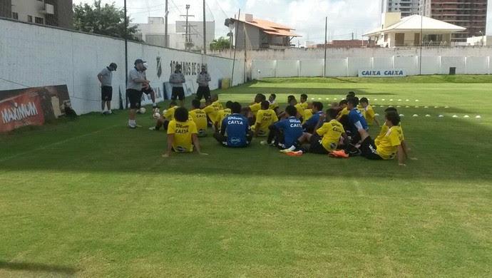 Ademir Fesan conversa com jogadores do ABC (Foto: Divulgação/ABC)