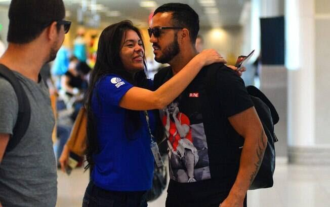 Fã ignora Gracyanne e agarra Belo no aeroporto