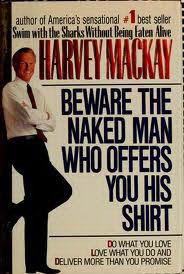 Cuidate del hombre desnudo que te ofrece su camisa