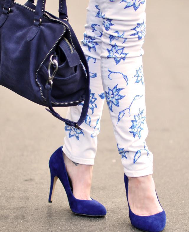 E que tal transformar aquela calça branca e sem vida, em uma bela calça floral?