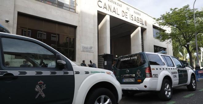 Agentes de la Guardia Civil ante la sede de Canal de Isabel II, en la operación Lezo dirigida por el juez de la Audiencia Nacional Eloy Velasco. EFE/Emilio Naranjo
