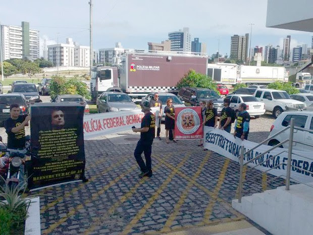 Policiais federais durante manifestação no Centro Administrativo do RN (Foto: Fred Carvalho/G1)