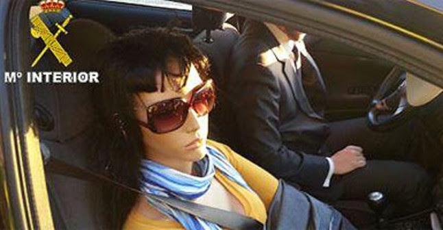 Imagen en la que se ve el maniquí que viajaba de copiloto en el vehículo infractor.  GUARDIA CIVIL