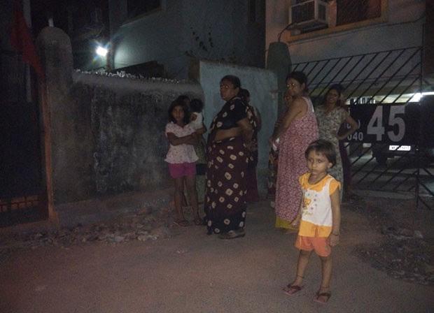 Moradores deixaram suas casas em Kolkata, na Índia, após o tremor ser sentido também no país  (Foto: Bikas Das/AP)