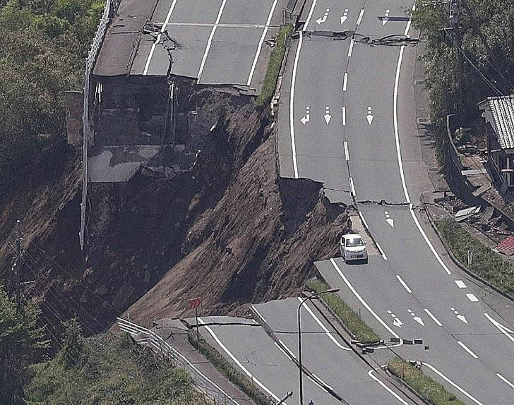 http://img.aws.la-croix.com/2016/04/17/1300753607/Vue-aerienne-effondrement-troncon-route-apres-tremblement-terre-Minami-Aso-Kumamoto-Kyushu-dans-ouest-Japon-16-avril-2016_1_730_574.jpg