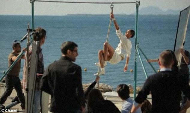 Sonhadora: Definir a música com tiros de sol-encharcado Cap d'Antibes, featurette Chanel é um behind-the-scenes de sua Primavera / Verão campanha disparar