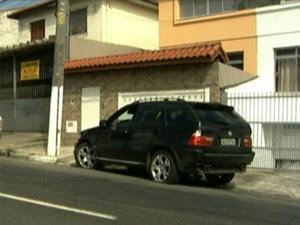 Cantor sertanejo Renner é levado a delegacia após acidente com carro de luxo na Zona Sul de SP (Foto: Reprodução TV Globo)