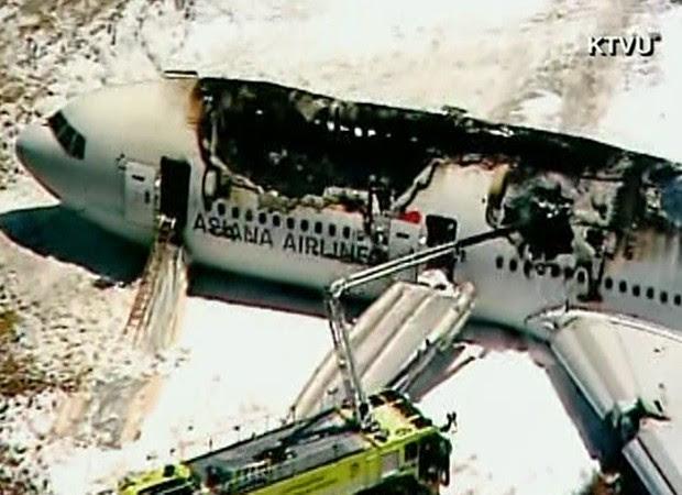 Bombeiros atuam para conter danos causados por acidente de avião em San Francisco (Foto: Reprodução/KTVU/CNN)