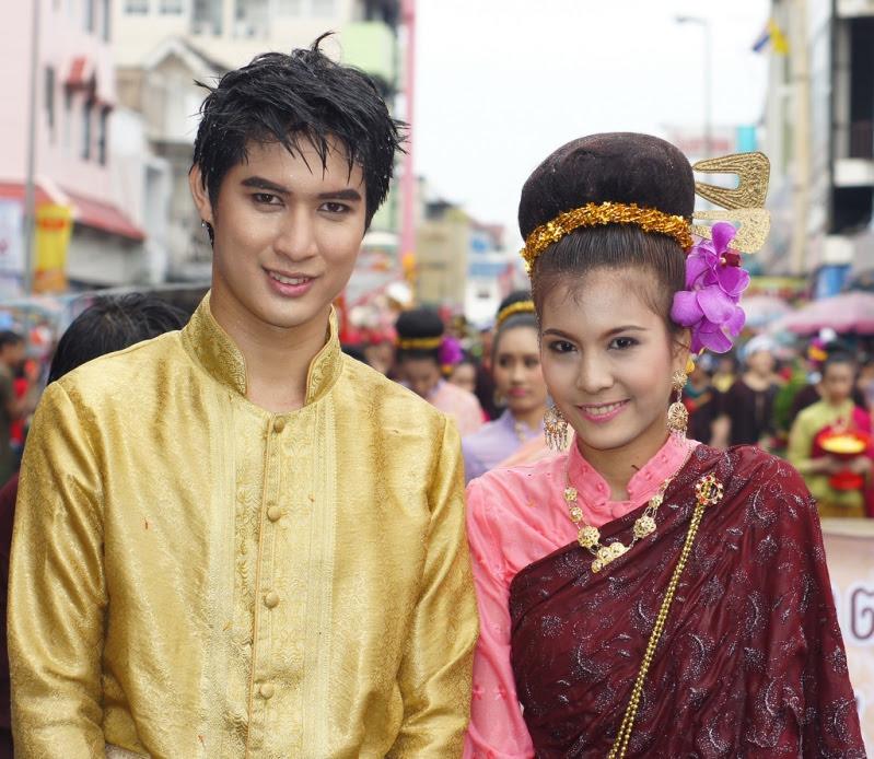 Красивые таец и тайка в традиционной одежде. Фото