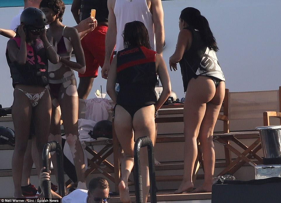 Cheeky: Bella não era tímida apresentando seu pert atrás como ela escorregou para fora da água em seu fundo de bikini mal-lá