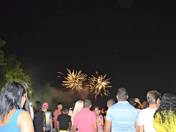 Com três horas de diferença de Brasília, primeiro dia do ano foi celebrado com queima de fogos em Rio Branco (Foto: Quésia Melo/G1)