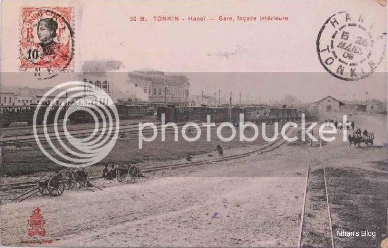 Vào năm 1902, lần đầu tiên, người Hà Nội được nhìn thấy một nhà ga xây cao theo kiểu phương Tây, không có những anh lính lệ đội nón dấu của triều đình mà là những công nhân hỏa xa với chiếc mũ lưỡi trai thổi còi, đưa đón sức mạnh mới của đầu máy máy hơi nước.