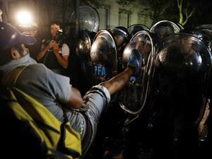 Próximo da Casa Rosada houve confronto entre manifestantes e policiais na Argentina (Foto: Marcos Brindicci/Reuters)