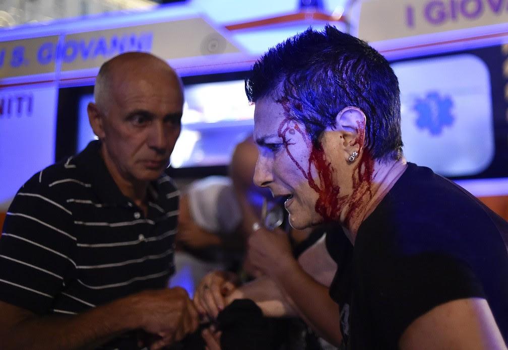 Mulher é ferida durante correira na praça San Carlo, em Turin, durante a final da Champions (Foto: REUTERS/Giorgio Perottino)