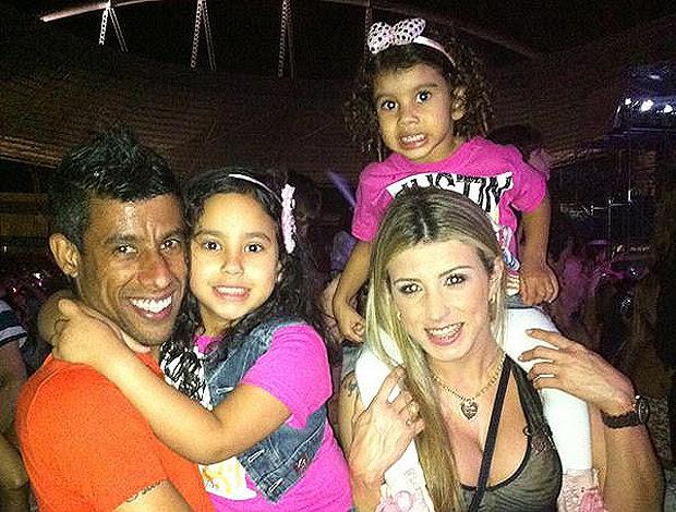 Léo Moura  as filhas Maria Eduarda e Isabella no show do justin bieber  (Foto: Divulgação/Arquivo Pessoal)