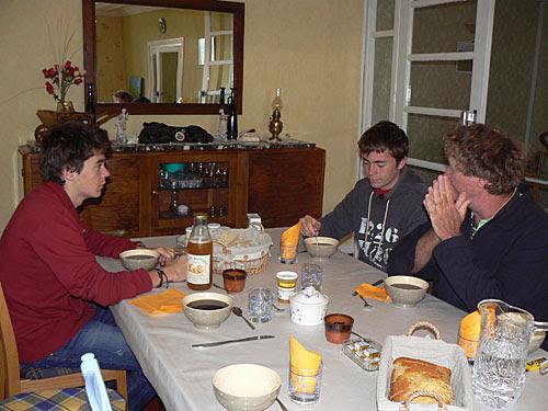 la table du petit déjeuner à Talizat.jpg