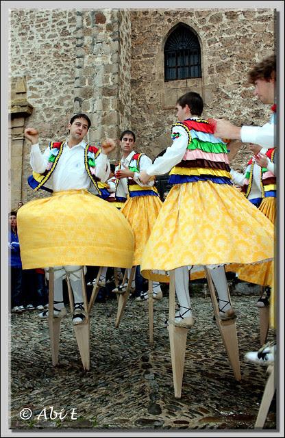 3 Danza en la plaza de la iglesia