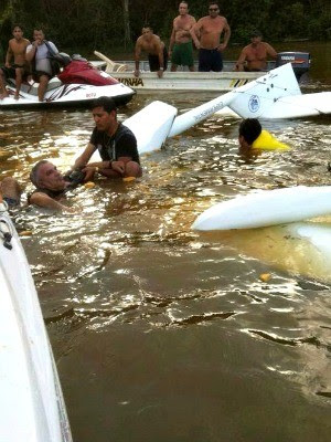 Banhistas ajudam a socorrer vítima (Foto: Paulo Brasil/Painel Político)