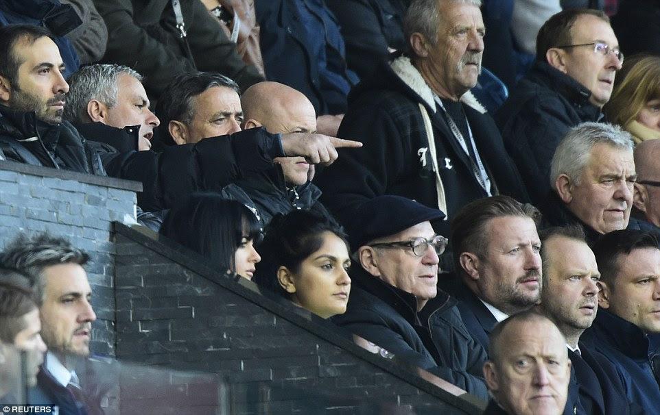 Mourinho gesticula desde las gradas mientras se está flanqueado por sus entrenadores, mientras auxiliar Faria toma el control de la banda