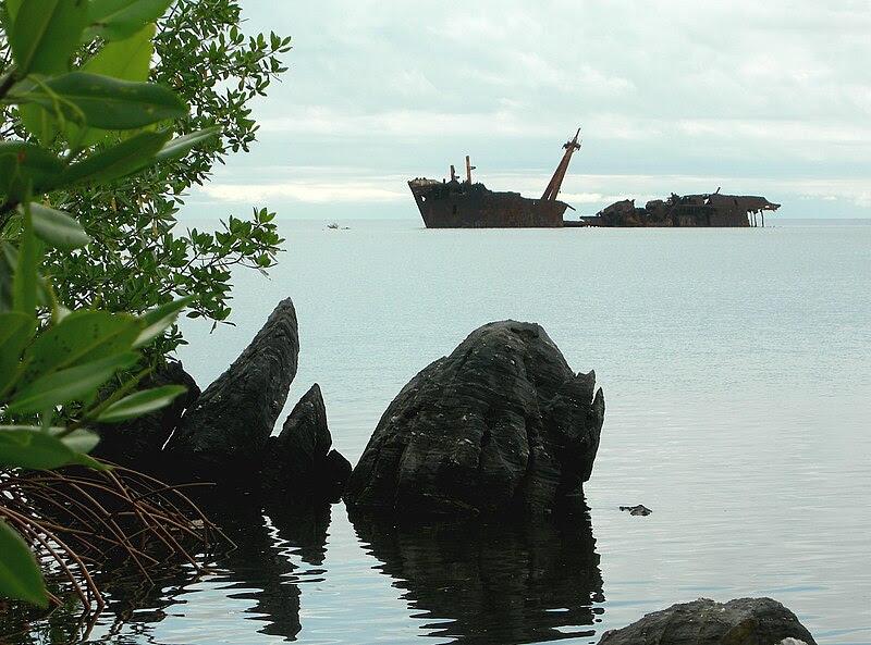File:Roatan shipwreck Honduras.jpg