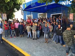 Trabalhadores se reuniram na Câmara Municipal antes de passeata (Foto: Murilo Zara/TV Fronteira)