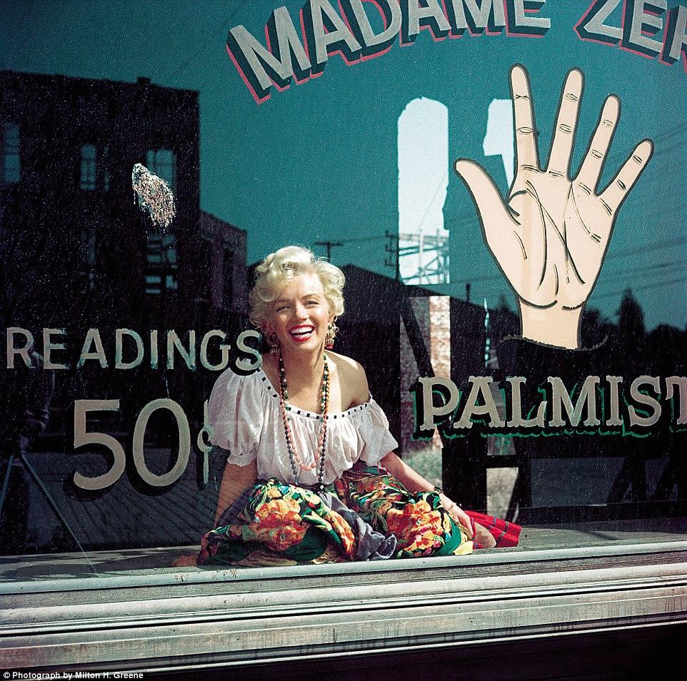 Cruze minha palma com prata ... Monroe mostra seu lado brincalhão, vestido como um leitor de palmeiras, em 1956
