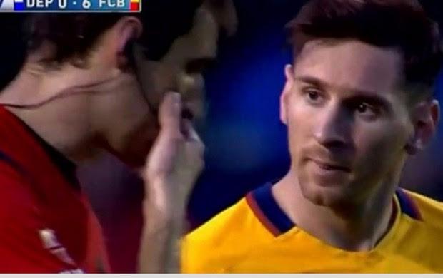 Messi com o árbitro diante do La Coruña