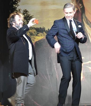 Martin dançando durante a première de O Hobbit no Japão.