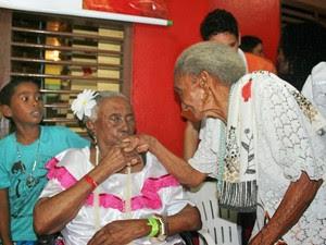 Tia Biló (sentada) tomando bênção de sua madrinha Tia Zefa (em pé) durante festejos (Foto: Fábio Gomes/Divulgação)
