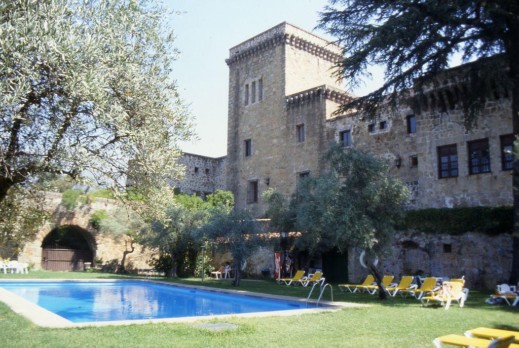 Castillo-palacio de los condes de Oropesa en la localidad, hoy parador de turismo.