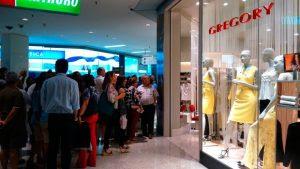 """Mulher chama funcionários de """"macacos"""" em shopping, é seguida e se esconde em loja"""