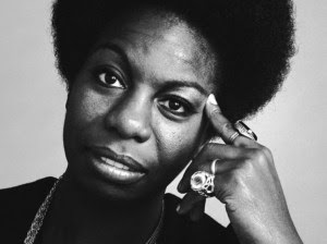 Nina Simone é PRETA. Possui ROSTO AFRICANO