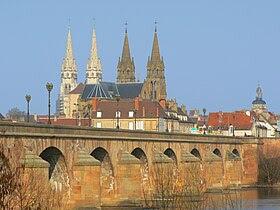 La vieille ville depuis la rive gauche de l'Allier.