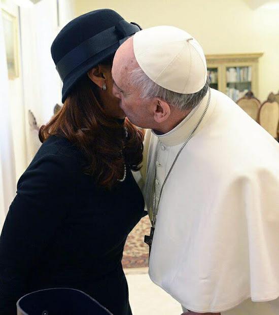 Papa Francesco bacia Argentina Presidente 1