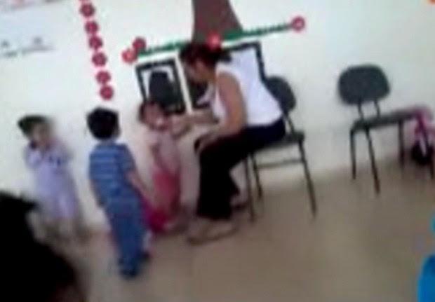 Imagem mostra criança sendo obrigada a comer papel (Foto: Reprodução / TV Tem)