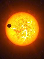 Экзопланета - чужая планета на фоне чужого солнца