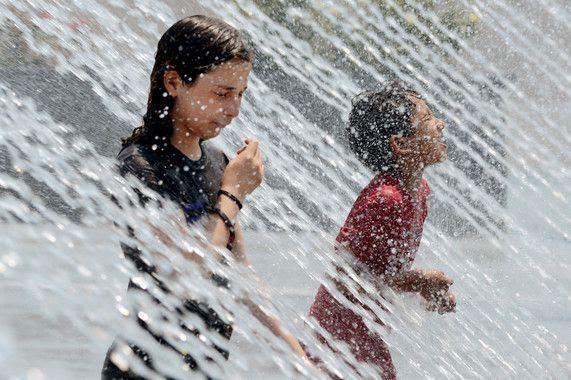 EEUU CLIMA:MHR13.- WASHINGTON DC (EEUU), 29/06/2012.- Unos niños se refrescan en una fuente hoy, viernes 29 de junio de 2012, durante una ola de calor en Washington DC (EEUU). La temperatura en la ciudad alcanzó los 38.8 grados centígrados, lo que rompió un récord de 138 años. EFE/ MICHAEL REYNOLDS