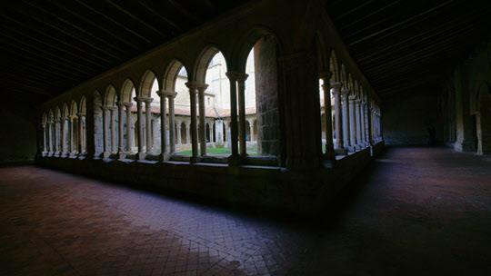 생테밀리옹 중심가 수도원의 회랑이다. 밖은 훤하지만 안은 어둡다. 뭔가 진리를 찾는 곳다운 모습이다./사진=이서현
