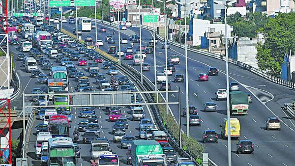 Cómo es hoy. En la hora pico, la Autopista 25 de Mayo muestra el complicado tránsito de las Metrópolis./ JUAN JOSE TRAVERSO
