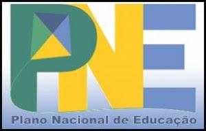 Logotipo do PNE, sob fundo azul, degradê, as letras P, em verde, N, em amarelo, e E, em azul, abaixo escrito Plano Nacional de Educação.