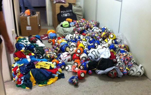 Bolas, camisetas e calções falsificados foram apreendidos em lojas de Natal (Foto: Cedida/Polícia Civil do RN)