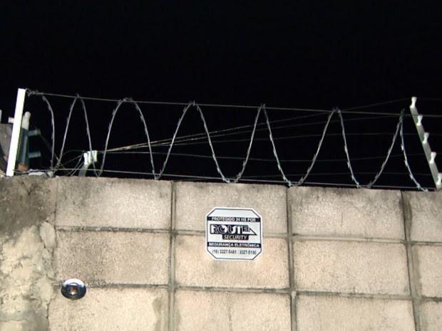 Suspeito levou choque ao tentar pular muro de empresa em Campinas (Foto: Reprodução/EPTV)
