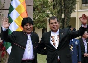 Evo Morales (I) y el Presidente ecuatoriano Rafael Correa durante la VII Cumbre del ALBA en Cochabamba, Bolivia el 16 de octubre de 2009. AFP /Aizar Raldes